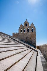Clocher de l'Église fortifiée Notre-Dame-de-la-Mer vu des toits de léglise
