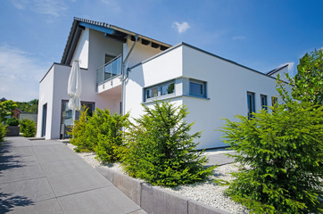 weisses, modernes Einfamilienhaus