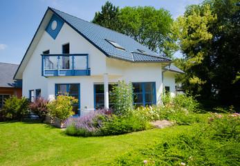 weisses Fertigteilhaus mit Garten