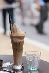 コーヒーフロートと水
