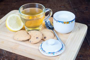 Tazza di the con biscotti e limone in primo piano, the caldo al limone, infuso di the al limone con zucchero