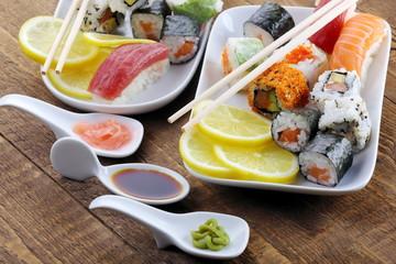 Sushi con condimenti e salse