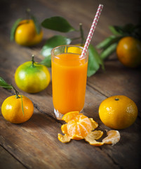 Foto op Aluminium Sap Glass of fresh tangerine juice with ripe tangerineswith old-fash