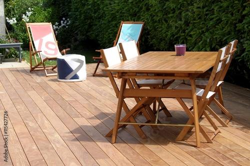 Terrasse en bois exotique et salon de jardin imagens e for Salon de jardin en bois exotique