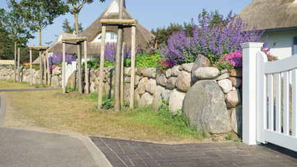 Feldsteinmauer als Sichtschutz im Garten