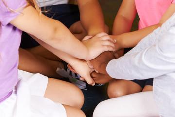 Kinder in Vorschule stapeln Hände