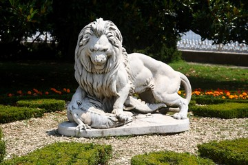 Lion killing crocodile statue