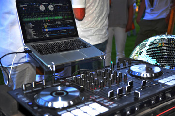 Ein DJ legt auf