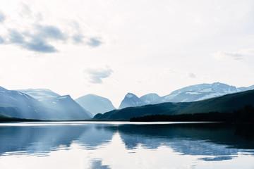 Sweden, Lapland, Ladtjojaure, Calm lake in Kebnekaise mountains