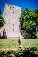 Fillette devant l'entrée du château des Adhémar à Montélimar