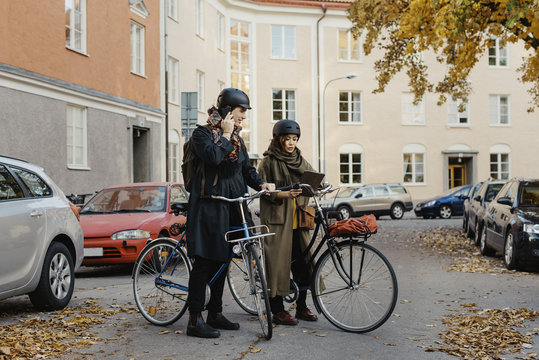 Sweden, Uppland, Stockholm, Vasastan, Rodabergsbrinken, Two people standing with bicycles outdoors