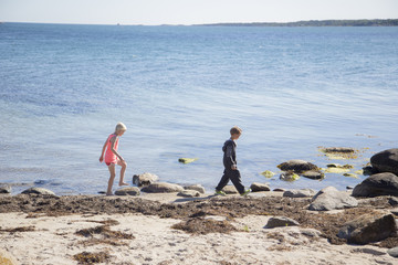 Sweden, Swedish West Coast, Halland, Kungsbackafjorden, Children (6-7, 10-11) walking on sea coast