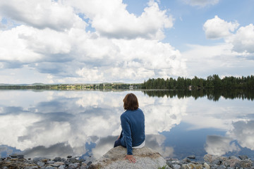 Sweden, Jamtland, Ratanssjon, Woman looking at lake