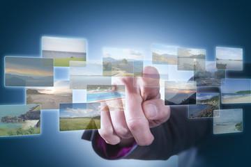 Geschäftsfrau vergleicht Urlaubsziele im Internet