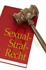 Richterhammer mit Gesetzbuch und Sexualstrafrecht