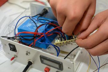 Elektriker arbeitet an einem Netzteil
