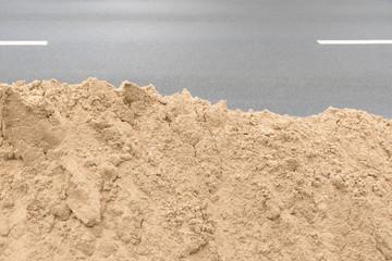 Bausand an einer Straßenbaustelle, vielseitig einsetzbarer Rohstoff, Gesteinskörnungen, Baustoffe
