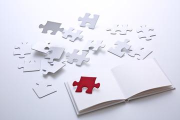 白紙の本とジグソーパズル