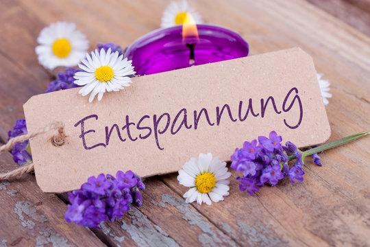 Entspannung  -  Deko mit Duftkerze, Lavendel und Gänseblümchen