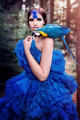 Amazone mit Papagei, Ara (Yvonne Stronegger)