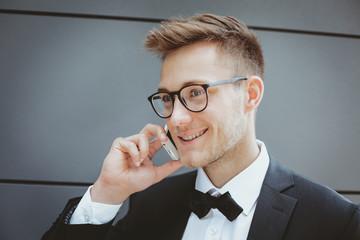 Mann mit Brille am telefonieren