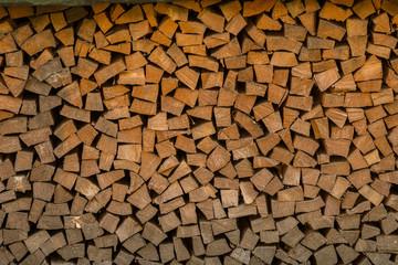 Cumuli di legname accatastato pronto per essere lavorato o bruciato