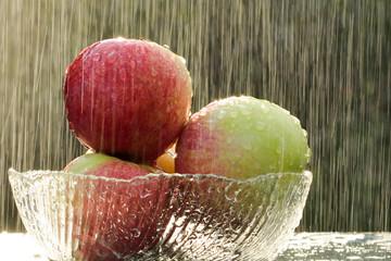 Jabłka w deszczu i słońcu