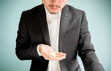 薬のリスクを気にする男性