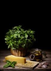 Basilico e ingredienti per la preparazione del pesto alla genovese