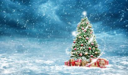 Verschneiter dekorativer Christbaum mit Lichtwirbel