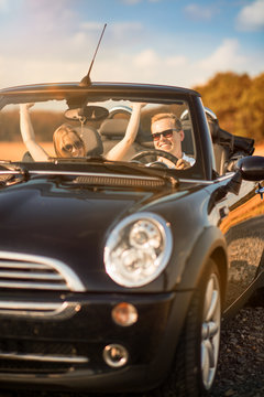 Freiheit - Pärchen im Auto ist glücklich