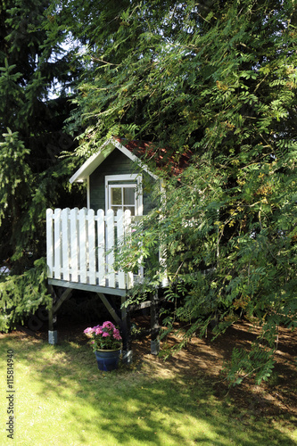 kinderhaus im garten imagens e fotos de stock royalty. Black Bedroom Furniture Sets. Home Design Ideas