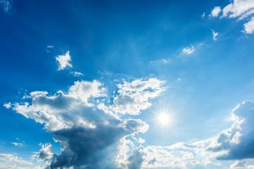 Sonne, Wolken und blauer Himmel