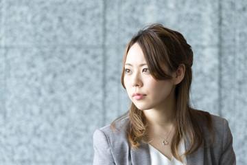 遠くを眺める女性(ビジネスイメージ)