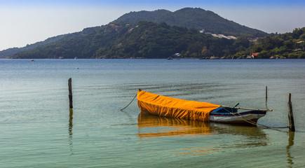 Canoa ancorada na lagoa.