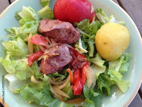 Assiette d 39 entr e salade de foies de tomates pomme de terre et poivrons d 39 t imagens e fotos - Entree d ete ...