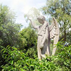 Statue eines Engels mit Lichtstrahl