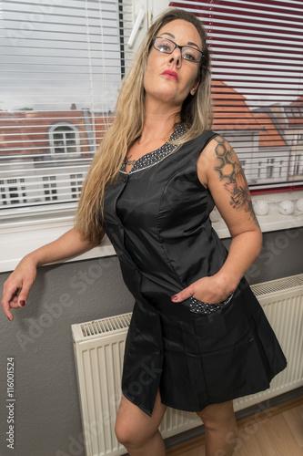 Dominante Hausfrau im Kittel. Stock photo and royalty