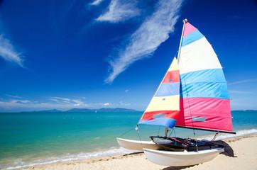 Karibischer Traum: Katamaran und blauer Himmel an Sandstrand :)