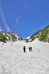 白馬大雪渓行く登山者