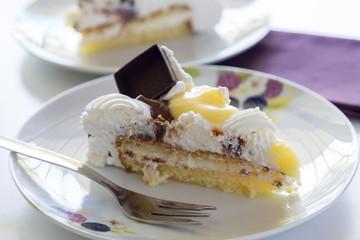 Fetta di torta chantilly con cioccolato e panna montata