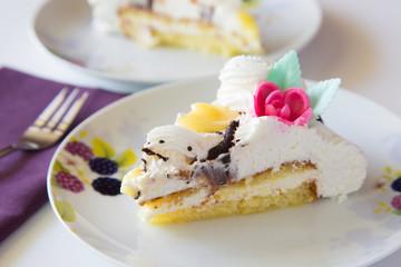 Fetta di torta chantilly con frutti di bosco e panna montata