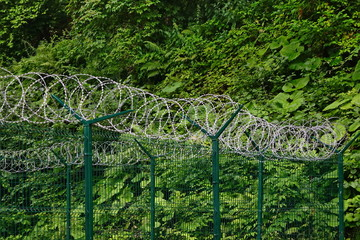 Barb Razor Wire With Central Reinforcement On The Sectional Fenc