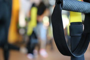 TRX Training in einem Fitnessstudio