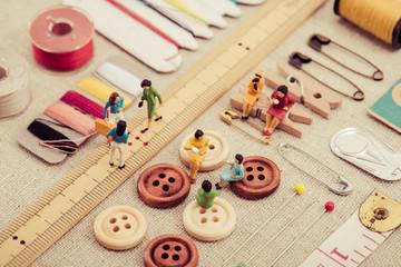 裁縫道具とミニチュアの女性