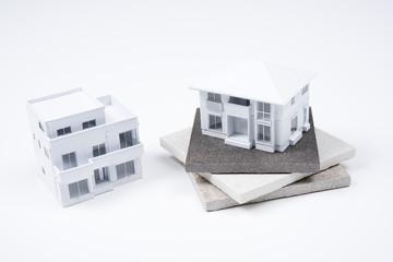 磁器タイルと白い家の模型