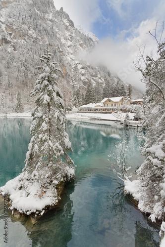 blausee schweiz im winter fischen