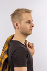 Teenager lässig mit Hemd über der Schulter