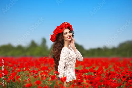 девушка природа белое платье цветы желтые  № 3832653 бесплатно