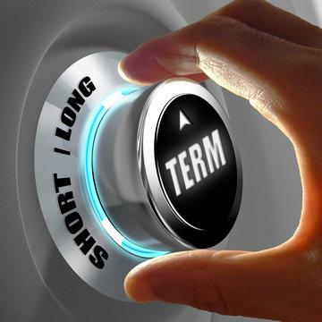 Main sélectionnant entre court et long terme. Concept de durée avant retour sur investissement ou placement. Rendu 3D